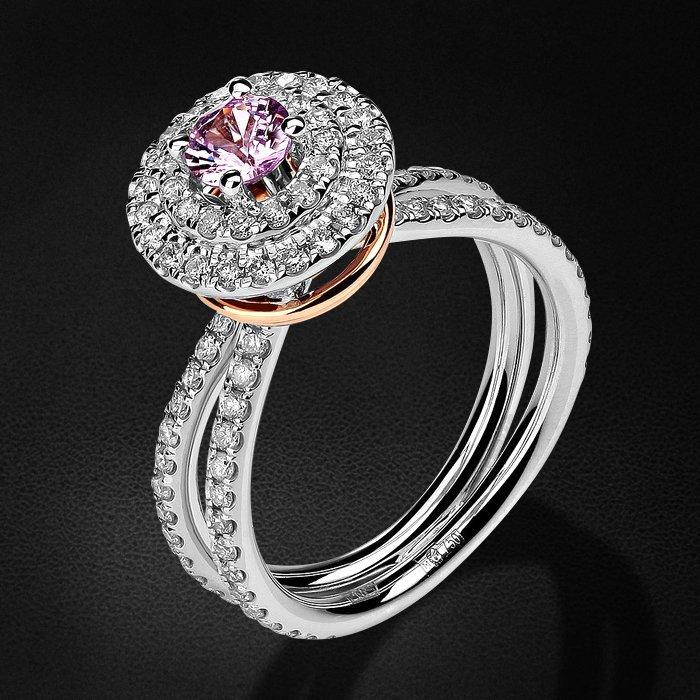 Кольцо из коллекции BRIDAL с бриллиантами, сапфиром фантазийным из комбинированного золота 750 пробыКольца<br>Кольцо с бриллиантами, сапфиром фантазийным из комбинированного золота 750 пробы. Характеристики вставок: бриллиант кр-57 2/6 20шт.,0.16ct; бриллиант кр-57 3/6 81шт.,0.63ct; сапфир фантазийный круг  1шт.,0.42ct. Средний вес изделия: 6,59 гр.<br>