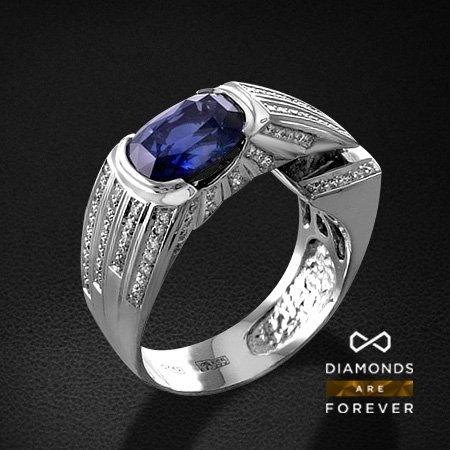 Мужское кольцо с сапфиром, бриллиантами из белого золота 585 пробыПерстни<br>Мужское кольцо с сапфиром, бриллиантами из белого золота 585 пробы. Характеристики вставок: 115 бриллиант кр57 0.77; 1 сапфир 2.45. Средний вес изделия: 11.82 гр.<br>