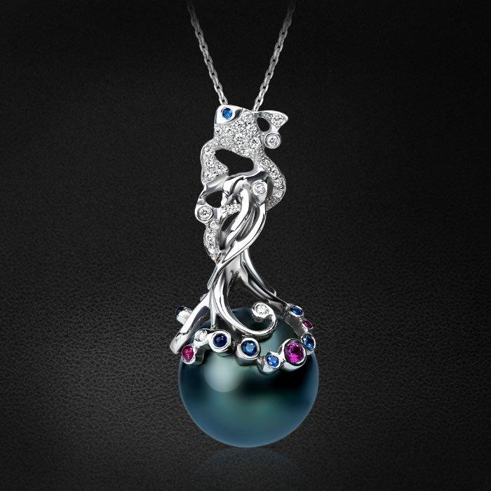 Кулон с рубинами, синими и цветными сапфирами, бриллиантами, жемчугом из белого золота 585 пробыКулоны<br>Подвеска SEASIDE c черной таитянской жемчужиной. Декорирована бриллиантами, рубинами, синими и розовыми сапфирами. Характеристики вставок: 9бриллиант круг 0,066ct3/5, 20бриллиант круг 0,110ct3/5, 3сапфир синий круг 0,036ct2/2, 1сапфир синий круг...<br>