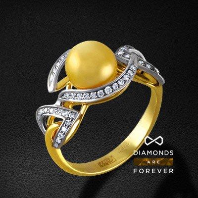 Кольцо с бриллиантами и жемчугом из желтого золота 750 пробыКольца с жемчугом<br>Кольцо с бриллиантами и жемчугом из желтого золота 750 пробы. Характеристики вставок: 52 бриллиант кр57 0,30; 1 жемчуг кул. 3,83. Средний вес изделия: 5.33 гр.<br>