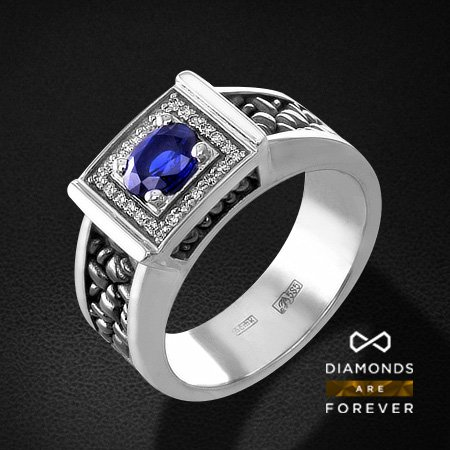Мужское кольцо с сапфиром, бриллиантами из белого золота 585 пробыПерстни<br>Мужское кольцо с сапфиром, бриллиантами из белого золота 585 пробы. Характеристики вставок: 24 бриллиант кр57 0.137; 1 сапфир 0.92. Средний вес изделия: 4.03 гр.<br>