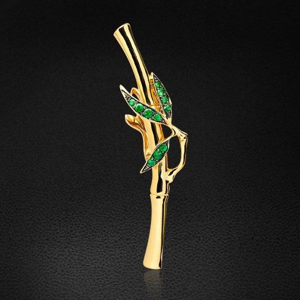 Брошь в виде стебля бамбука с тсаворитом из желтого золота 585 пробыБроши<br>Брошь в виде стебля бамбука с тсаворитом из желтого золота 585 пробы. Характеристики вставок: 1тсаворит круг 0,017ct, 2тсаворит круг 0,025ct, 6тсаворит круг 0,060ct, 2тсаворит круг 0,015ct. Средний вес: 2,96 гр.<br>
