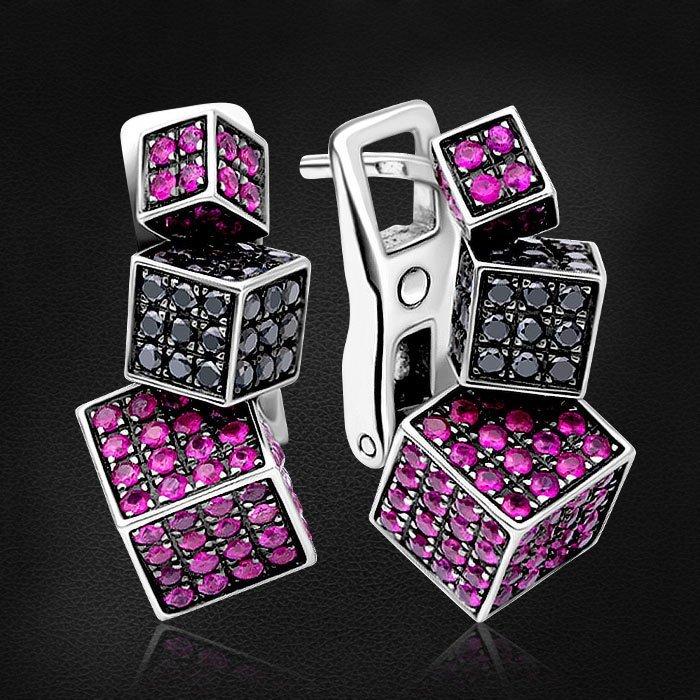 Геометрические серьги Cube с рубином, бриллиантами из белого золота 585 пробыСерьги<br>Геометрические серьги Cube с рубином, бриллиантами из белого золота 585 пробы. Характеристики вставок: 88бриллианткр570,880ct, 226рубин2,260ct2/2. Средний вес изделия: 15,48 гр.<br>
