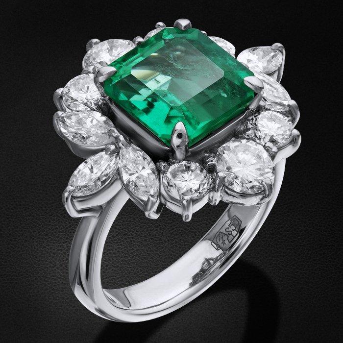 Кольцо с бриллиантами, изумрудом из платины 850 пробыКольца<br>Кольцо с бриллиантами, изумрудом из платины 850 пробы. Характеристики вставок: 1 изумруд - 3,34 3/2, 6 бриллиант кр57 - 1,21 3/4а, 6 бриллиант маркиз - 1 3/4а. Средний вес изделия: 11,14 гр.<br>