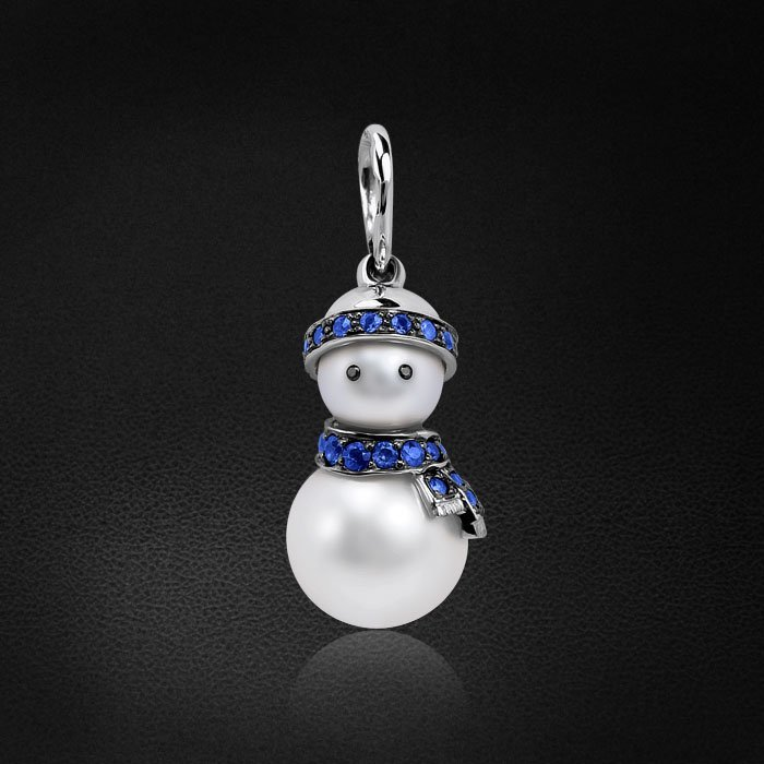 Кулон Снеговик с сапфиром, бриллиантами, жемчугом из белого золота 585 пробыКулоны<br>Подвеска Снеговик из белого золота с сапфирами в шарфе и шапочке, и черными бриллиантами в глазках. Характеристики вставок: 2бриллиант черный круг 0,005ct7/7, 3сапфир синий круг 0,039ct2/2, 7сапфир синий круг 0,095ct2/2, 19сапфир синий круг 0,...<br>
