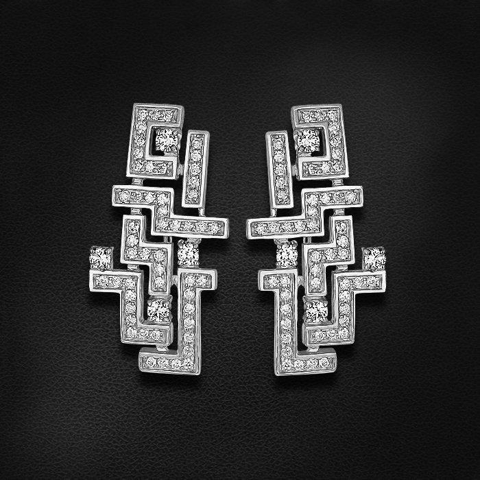 Серьги из коллекции ARIADNA с бриллиантами из белого золота 750 пробыСерьги<br>Серьги с бриллиантами из белого золота 750 пробы. Характеристики вставок: бриллиант кр-57 3/5 110шт.,0.56ct. Средний вес изделия: 7,59 гр.<br>
