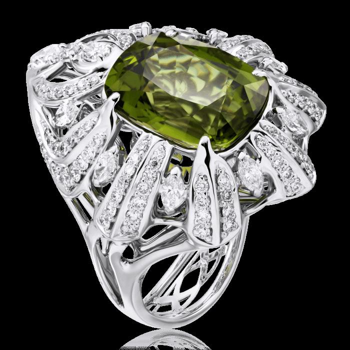 Кольцо с турмалином, бриллиантами из белого золота 750 пробыОсновной раздел каталога<br>Кольцо с турмалином, бриллиантами из белого золота 750 пробы. Характеристики вставок: 1 турмалин -8,01 зеленый, 1 бриллиант груша-0,18 3/3б, 9 бриллиант маркиз-0,66 3/4б, 3 бриллиант кр57-0,085 3/4а, 28 бриллиант кр57-0,31 3/5а, 76 бриллиант кр57-0,37 3/4...<br>