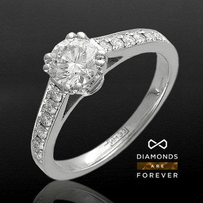 Помолвочное кольцо с бриллиантами из белого золота 750 пробы Душа ангелаКольца<br>Кольцо из белого золота 750 пробы, украшенное 13 бриллиантами общим весом 0.84 карат<br>