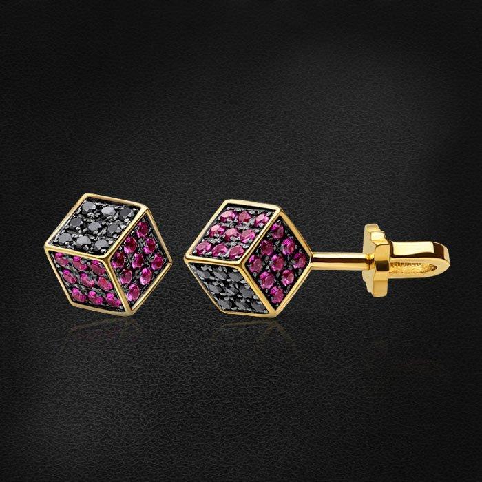 Геометрические серьги пусеты Cube с рубином, бриллиантами из желтого золота 585 пробыСерьги<br>Геометрические серьги пусеты Cube с рубином, бриллиантами из желтого золота 585 пробы. Характеристики вставок: 54бриллиант черный круг 0,540ct7/7, 54рубин круг 0,648ct2/2. Средний вес изделия: 4,16 гр.<br>