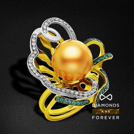 Кольцо с бриллиантами, жемчугом, изумрудом из желтого золота 750 пробыКольца с жемчугом<br>Кольцо с бриллиантами, жемчугом, изумрудом из желтого золота 750 пробы. Характеристики вставок: 43 бриллиант кр57 0,35; 42 изумруд природный 0,24; 1 жемчуг кул. 14,44. Средний вес изделия: 12.96 гр.<br>