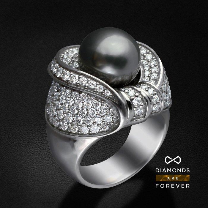 Кольцо Метеор с бриллиантами, жемчугом из белого золота 750 пробыКольца с жемчугом<br>Кольцо Метеор с бриллиантами, жемчугом из белого золота 750 пробы. Характеристики вставок: 17,00 бриллиант кр57а 2/4-1-0.04ct, 2/4-15-0.43ct, 2/3-14-0.34ct, 2/4-38-0.71ct, 2/4-51-0.68ct, 2/4-53-0.46ct, 2/4-20-0.12ct, 3/4-18-0.08ct, жемчуг золотой -1-9.3...<br>
