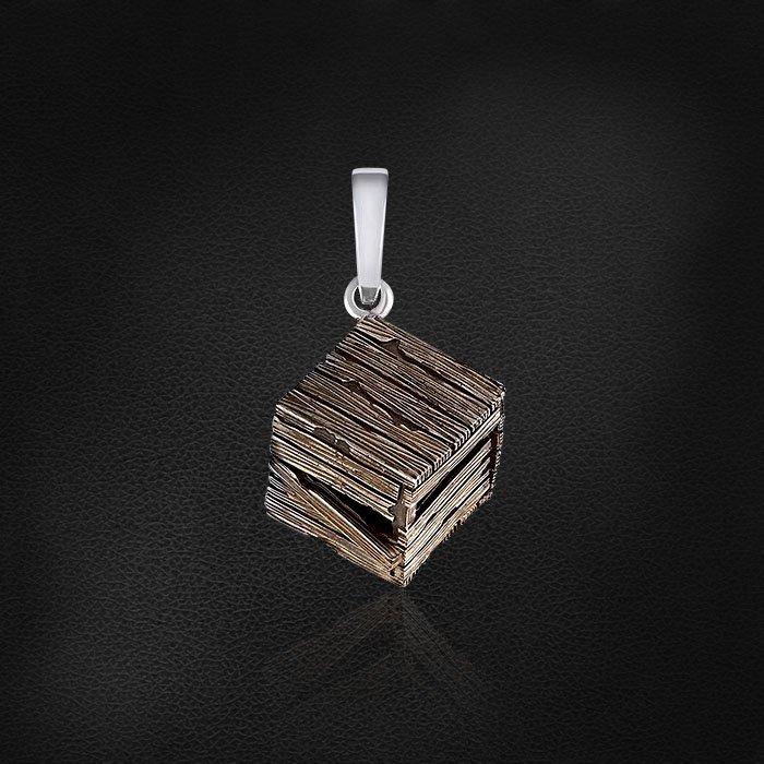 Серебряная подвеска в виде Ящичка для барашка по мотивам сказки Маленький ПринцКулоны<br>Подвеска без вставок из серебра 925 пробы. Средний вес изделия: 3,86 гр.<br><br>Украшения коллекции — это воплощение единой истории, поэтому они продаются только вместе.<br><br>Серебряная коллекция Маленький Принц предлагается в подарочной шкатулке, дополняется...<br>
