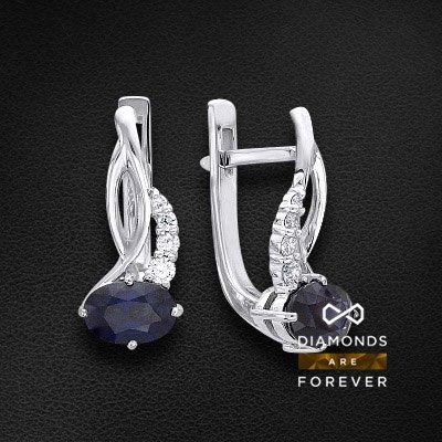 Серьги с сапфиром, бриллиантами из белого золота 585 пробыСерьги с цветными камнями<br>Серьги с сапфиром, бриллиантами из белого золота 585 пробы. Характеристики вставок: 2 сапфир овал 6*4 2/2 1.35ct., 2 бриллиант кр57 3/5а 0ct., 2 бриллиант кр57 3/5а 0.01ct., 2 бриллиант кр57 3/5а 0.02ct., 2 бриллиант кр57 3/5а 0.04ct.. Средний вес изделия...<br>