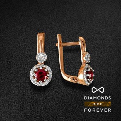 Серьги с рубином, бриллиантами из красного золота 585 пробыСерьги с цветными камнями<br>Серьги с рубином, бриллиантами из красного золота 585 пробы. Характеристики вставок: 46 бриллиант кр57 0.283; 2 рубин 0.64. Средний вес изделия: 3.9 гр.<br>