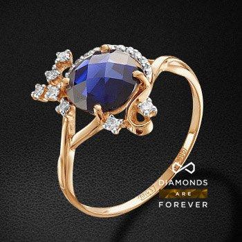 Кольцо с сапфиром, бриллиантами из красного золота 585 пробыКольца<br>Кольцо с сапфиром, бриллиантами из красного золота 585 пробы. Характеристики вставок: 1 гт сапфир круг бриолет 8.0 2.41ct., 7 бриллиант кр 57 90-60 4/5а 1.60-1.65 0.13ct., 9 бриллиант кр 57 400-200 3/5а 0.95-1.0 0.038ct.. Средний вес изделия: 2.5 гр.<br>