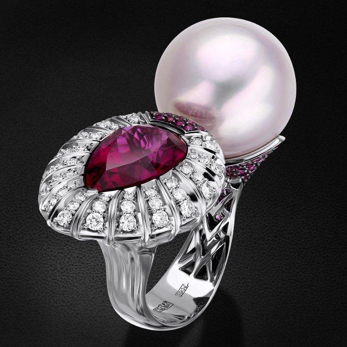 Кольцо с рубином, бриллиантами, жемчугом из белого золота 750 пробыКольца<br>Кольцо с рубином, бриллиантами, жемчугом из белого золота 750 пробы. Характеристики вставок: 6 бриллиант кр57 - 0,04 3/4а, 13 бриллиант кр57 - 0,238 3/4а, 1 бриллиант кр57 - 0,024 3/4а, 23 бриллиант кр57 - 0,437 3/5а, 30 рубин - 0,228 2/2, 47 рубин - 0,45...<br>