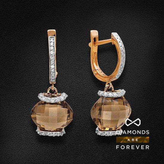 Серьги с бриллиантами, раухтопазом из красного золота 585 пробыСерьги с цветными камнями<br>Серьги с бриллиантами, раухтопазом из красного золота 585 пробы. Характеристики вставок: 2 раухтопаз антик бриолет 10*10 2ct., 44 бриллиант кр57 3/5а 0.204ct., 20 бриллиант кр57 3/5а 0.083ct.. Средний вес изделия: 4.49 гр.<br>