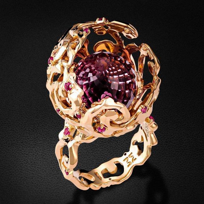 Кольцо из сета Семейный очаг коллекции CHOICE с рубином, аметистом из желтого золота 750 пробыКольца<br>Кольцо с рубином, аметистом из желтого золота 750 пробы. Характеристики вставок: аметист шар  1шт.,10.86ct; рубин круг 2/2 20шт.,0.25ct. Средний вес изделия: 15,21 гр.<br>