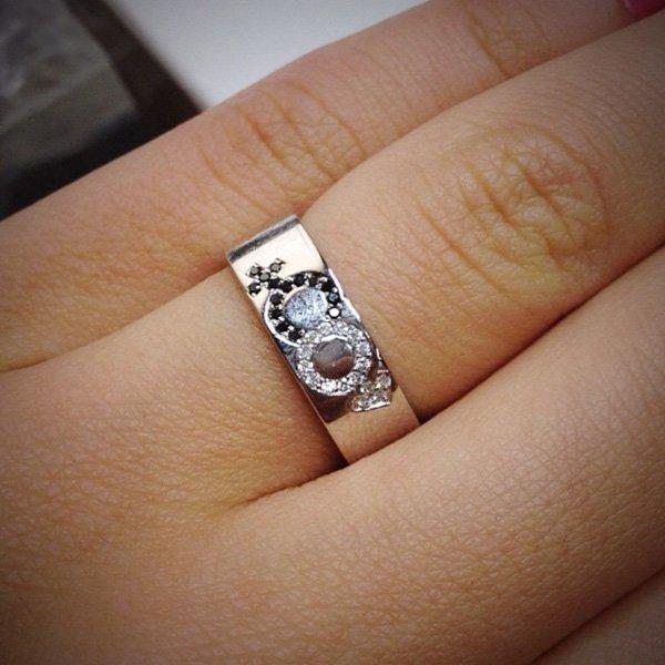 c2a9068806cf Обручальное кольцо с белыми и черными бриллиантами из белого золота 585  пробы (арт. 12624