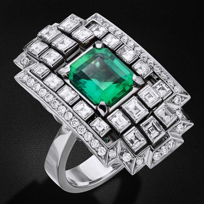 Кольцо с бриллиантами, изумрудом из белого золота 750 пробыКольца<br>Кольцо с бриллиантами, изумрудом из белого золота 750 пробы. Характеристики вставок: 22 бриллиант багет прямоугольная - 1,654 2/3, 44 бриллиант кр57 - 0,408 3/5а, 1 изумруд (f) изумрудная - 1,79 2/2б. Средний вес изделия: 18,2 гр.<br>