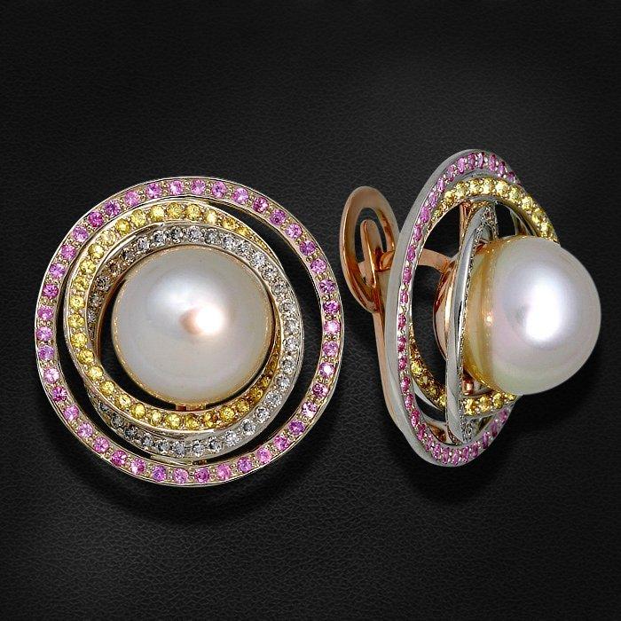 Серьги с сапфиром, бриллиантами, жемчугом из белого золота 585 пробыСерьги<br>Серьги с сапфиром, бриллиантами, жемчугом из белого золота 585 пробы. Характеристики вставок: 72 сапфир - 0,82 желтый, 84 сапфир - 0,79 роз., 2 жемчуг культивированный - 25,01 золот., 72 бриллиант кр57 - 0,52 3/4а. Средний вес изделия: 16,73 гр.<br>