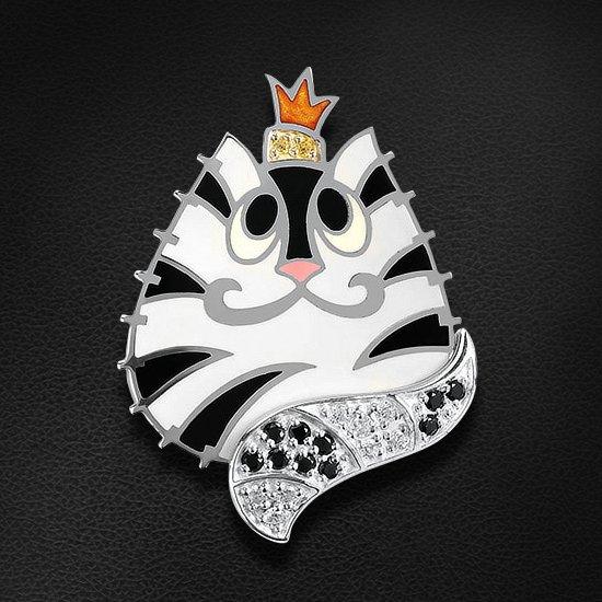 Серебряная подвеска в ювелирной эмали и фианитах в виде полосатой кошки в королевской коронеКулоны<br>Подвеска с фианитами из серебра 925 пробы. Характеристики вставок: 10 фианит swarovski круг 1,50; 8 фианит swarovski круг 1,50; 2 фианит swarovski круг 1,25. Средний вес изделия: 6,1 гр.<br>