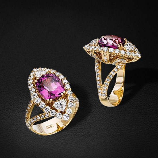 Кольцо с бриллиантами, турмалином из белого золота 750 пробыКольца<br>Кольцо с бриллиантами, турмалином из белого золота 750 пробы. Характеристики вставок: 28 бриллиант (n) кр57 - 0,83 3/4а, 68 бриллиант (n) кр57 - 0,69 3/5а, 2 бриллиант (n) сердце - 0,62 4/6б, 1 турмалин - 5,24. Средний вес изделия: 12,17 гр.<br>