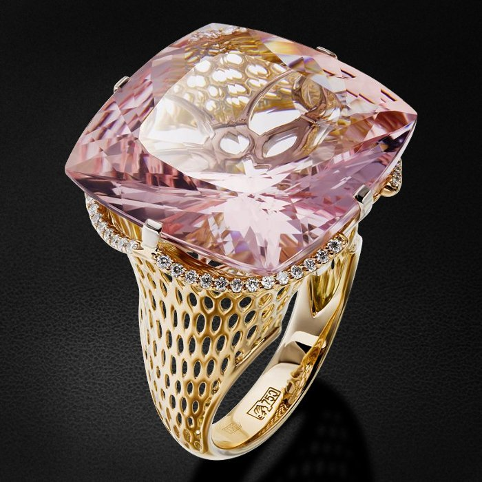 Кольцо с морганитом, бриллиантами из комбинированного золота 750 пробыКольца<br>Кольцо с морганитом, бриллиантами из комбинированного золота 750 пробы. Характеристики вставок: 52 бриллиант кр57 - 0,215 3/5а, 1 морганит - 26,21. Средний вес изделия: 12,1 гр.<br>
