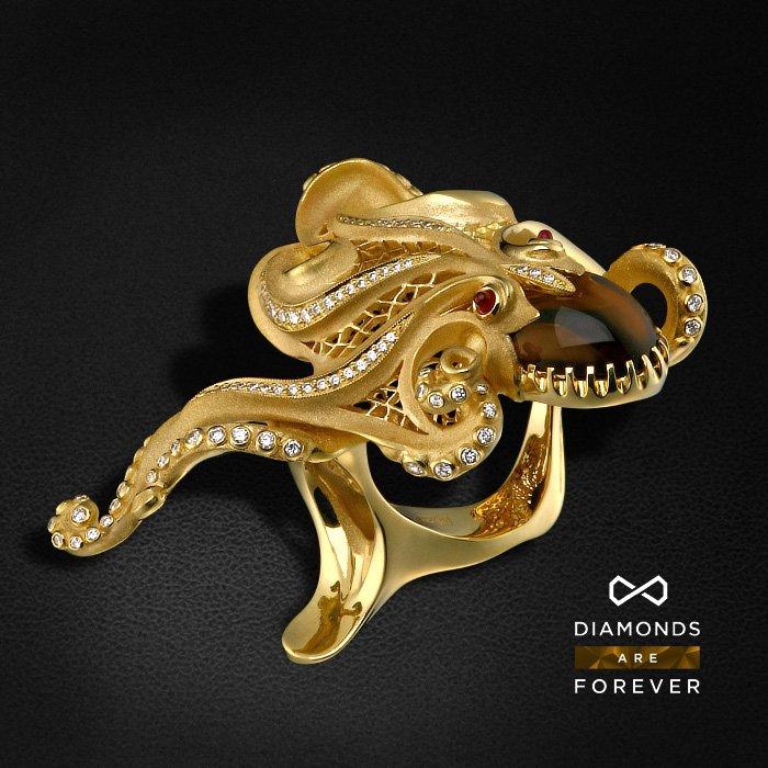 Кольцо Осьминог с топазом, рубином, бриллиантами из желтого золота 750 пробыКольца с цветными камнями<br>Глубоководный осьминог — властитель морских глубин, фигура мифическая и неоднозначная. Моряки верили, что его изображение успокаивает морскую стихию, а способность осьминога исчезать в чернильном облаке наделяла его в глазах людей магическими способностям...<br>