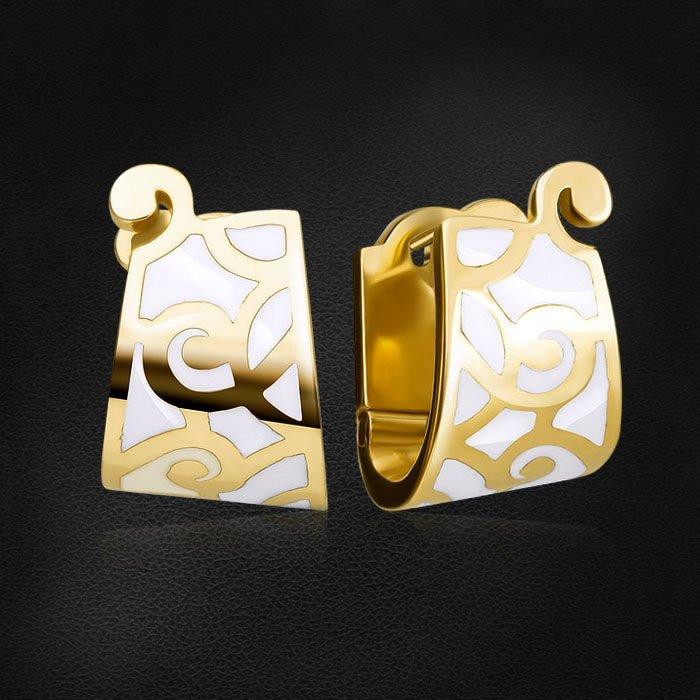 Ажурные серьги с эмалью из желтого золота 585 пробыСерьги<br>Ажурные серьги с эмалью из желтого золота 585 пробы. Характеристики вставок: эмаль. Средний вес изделия: 7,41 гр.<br>