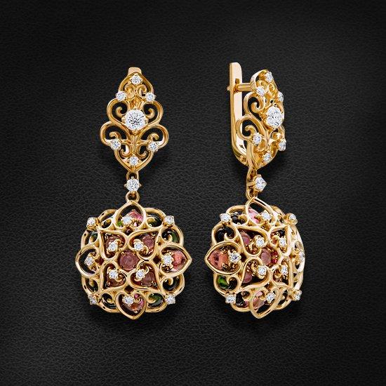 Серьги с бриллиантами, турмалином из желтого золота 750 пробыСерьги<br>Серьги с бриллиантами, турмалином из желтого золота 750 пробы. Характеристики вставок: 2 бриллиант кр57 - 0,27 3/4а, 38 бриллиант кр57 - 0,726 3/5а, 42 турмалин кабошон - 6,02 розовый. Средний вес изделия: 15,73 гр.<br>
