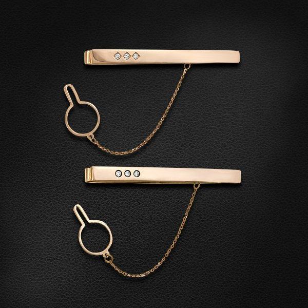 Зажим для галстука с бриллиантами из красного золота 585 пробыУральский ювелирный<br>Зажим для галстука с бриллиантами из красного золота 585 пробы. Характеристики вставок: 3 бриллиант кр57 - 0,14 4/5а. Средний вес изделия: 12,05 гр.<br>