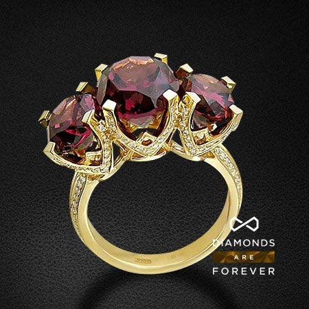 Купить со скидкой Кольцо с бриллиантами, родолитом из желтого золота 750 пробы