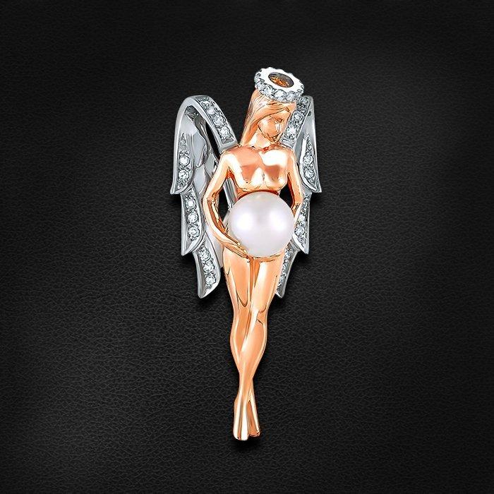 Подвеска из красного и белого золота 585 пробы в виде ангела с животиком-жемчужиной, бриллиантовыми крылышками и нимбомКулоны<br>Подвеска с бриллиантами, жемчугом из красного золота 585 пробы. Характеристики вставок: 37 бриллиант кр17 0.137 2/3а, 1 1.280 жемчуг культивированный диаметр 5.5-6.0 . Средний вес изделия: 7,21 гр.<br>