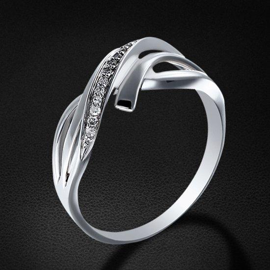 Кольцо с бриллиантами из белого золота 585 пробыКольца<br>Кольцо с бриллиантами из белого золота 585 пробы. Характеристики вставок: бриллиант кр17 2/2 - 15шт., вес 0.06. Средний вес изделия: 2,91 гр.<br>