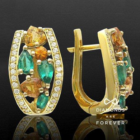 Серьги с изумрудами и цветными сапфирами в желтом и белом золоте 750 пробыСерьги<br>Серьги из комбинированного золота 750 пробы, украшенные 56 бриллиантами общим весом 0.33 карат и 12 цветными драгоценными камнями<br>